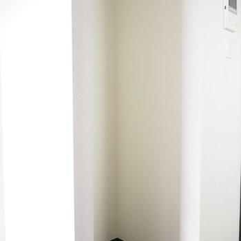 後ろには、冷蔵庫を置けますよ〜※写真は3階の同間取り別部屋のものです