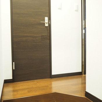 玄関はかわいらしい。※写真は3階の同間取り別部屋のものです