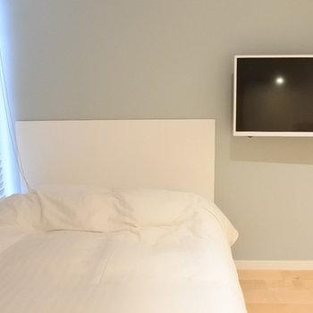 横になりながらのんびりテレビも見られます