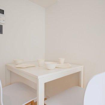 食事も、作業スペースにも※似た間取りの別部屋