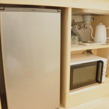 冷蔵庫の隣には、電子レンジとケトルも