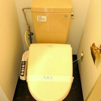 トイレはウォシュレット付き(※写真は3階の同間取り別部屋のものです)