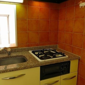 コンパクトなあたたかみのあるキッチン(※写真は3階の同間取り別部屋のものです)