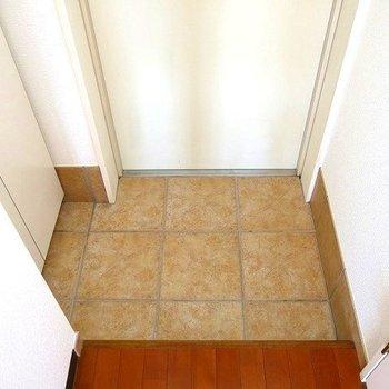 玄関はせまめですが、靴箱ありです(※写真は3階の同間取り別部屋のものです)