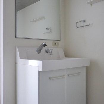 独立洗面台。 鏡大きいな。