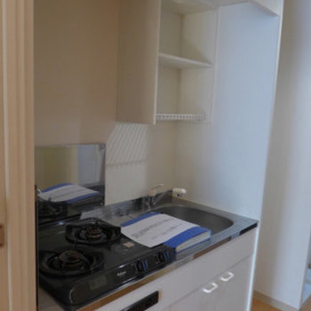 キッチンはコンパクトです。でも2口コンロ!(※写真は2階の同間取り別部屋のものです)