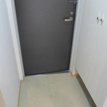 玄関にはもちろんシューズボックス!(※写真は2階の同間取り別部屋のものです)