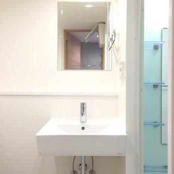 コンパクトな洗面台※写真は1階の反転間取り別部屋のものです