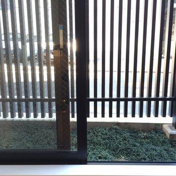 芝生のあるバルコニー※写真は1階の反転間取り別部屋のものです