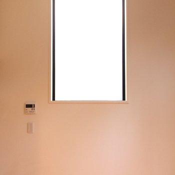 お部屋は二面採光※写真は1階の反転間取り別部屋のものです