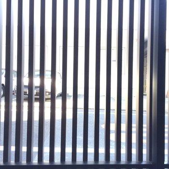 柵で外からは見えにくい※写真は1階の反転間取り別部屋のものです