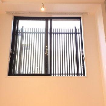 見よ、天井は高め!※写真は1階の反転間取り別部屋のものです