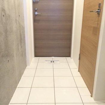 フラットな玄関!※写真は1階の反転間取り別部屋のものです