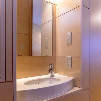【2F】階段の脇に独立洗面台。