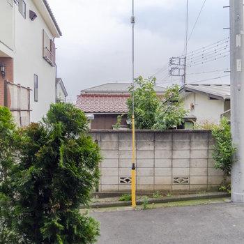 【1F】窓の外は静かな住宅街。