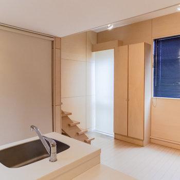 【1F】洗濯機置場や玄関先はロールスクリーンで隠せます。※写真は前回募集時のものです