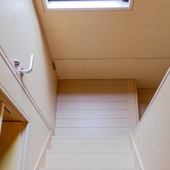 【2F】階段を降りて、最後に玄関周りを。※写真は前回募集時のものです