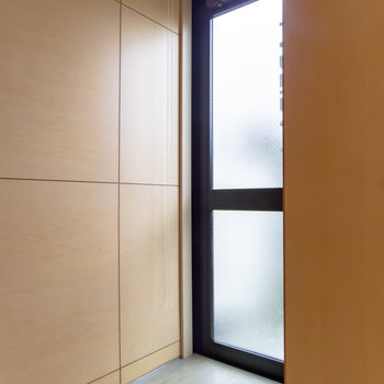 【1F】フラットな玄関。