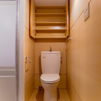 【2F】階段を上がってすぐのところにサニタリースペース。