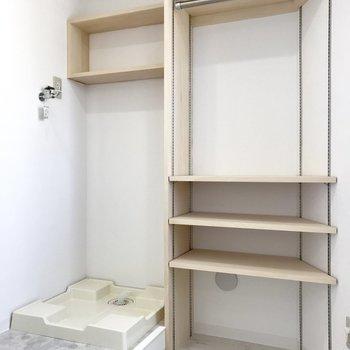 左は洗濯機置き場で、右は棚。棚の部分は洋服の収納でも良いかも!