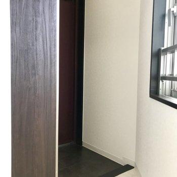 玄関。シューズクローゼットの扉に全身鏡がついてるので、お出かけ前の身だしなみチェックも◎