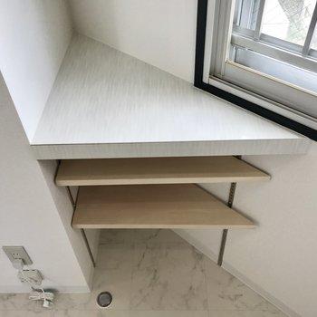 角には棚が。一部のキッチン用具はここへ