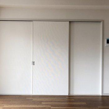 【LDK】洋室とリビングは引き戸の扉で仕切れます。