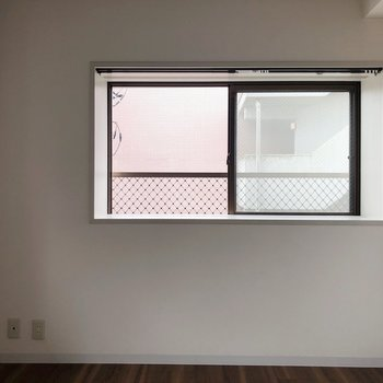 【洋室6畳】こちらは小さめの窓ですね。