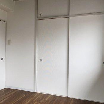 【洋室6畳】向かい側は収納と引き戸の扉。