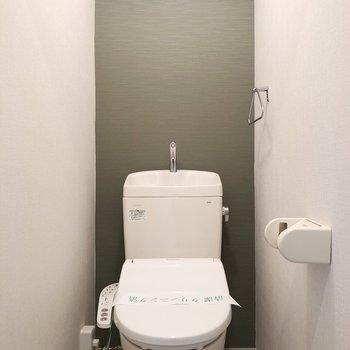 トイレにもアクセントクロス。上に棚があります。