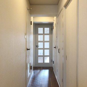 奥に扉の向こうはリビングの隣の洋室。