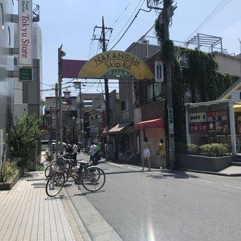 昭和の香りがする賑やかな商店街