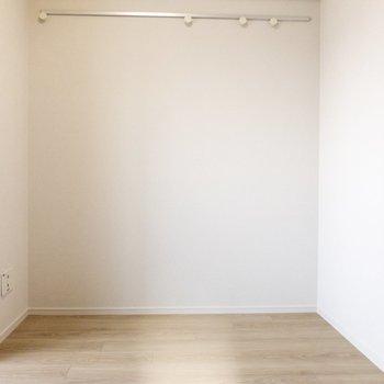 部屋に合わせて、黒と白の小物をかけても◎
