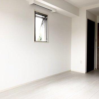 小窓からもゆるやかに光が入ります。※写真は2階の同間取り別部屋のものです