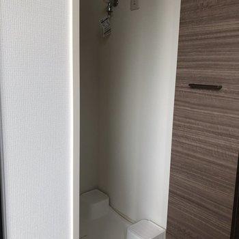 洗濯機置場は玄関入ってすぐ左。※写真は2階の同間取り別部屋のものです