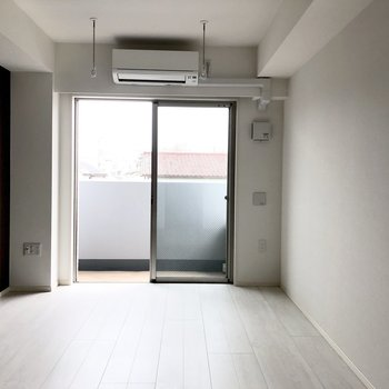 お部屋には物干し竿を掛けられるポールがついています。※写真は2階の同間取り別部屋のものです