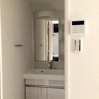 コンパクトな脱衣所に洗面台が。※写真は2階の同間取り別部屋のものです
