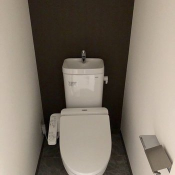 トイレは嬉しいウォシュレット付き。※写真は2階の同間取り別部屋のものです