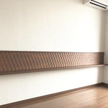 左側の壁にちょっとした台。小物や写真を飾りたい。