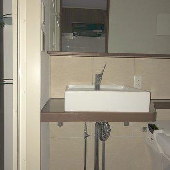 洗面台はミニマルな造り。掃除もしやすそうです。