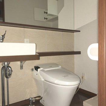 洗面台の右隣がトイレです。※写真は通電前のものです