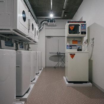 洗濯スペースにはくつの洗濯機も!!※写真は前回募集時のものです