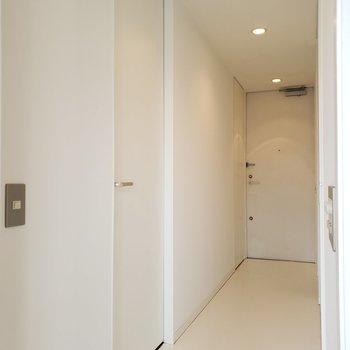 まっしろな廊下はフラットに玄関まで続きます
