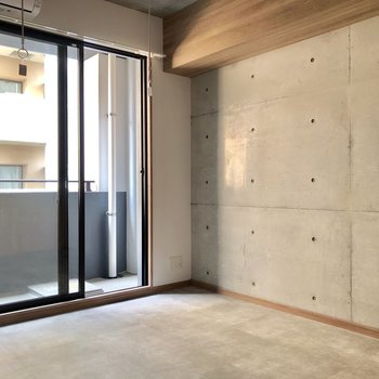 コンクリ打ちっぱなしの壁と、土間を意識した床がかっこいい雰囲気。(※写真は6階の同間取り別部屋のものです)