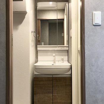コンパクトだけど使いやすい洗面台!(※写真は6階の同間取り別部屋のものです)