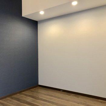 ネイビーと白の対比がお部屋の表情を造ります。(※写真は6階同間取り別部屋のものです)