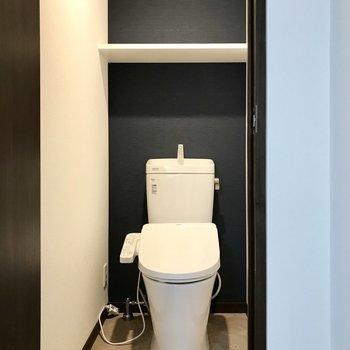 トイレもシックに。ペーパーホルダーは2列並んでます!(※写真は6階同間取り別部屋のものです)