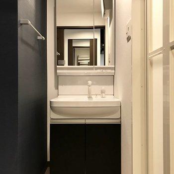 コンパクトだけど使いやすい洗面台。(※写真は6階同間取り別部屋のものです)