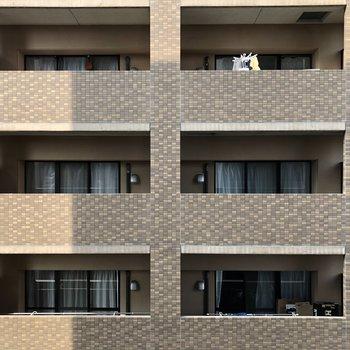 眺望はお隣のマンションですが、圧迫感はありませんよ!