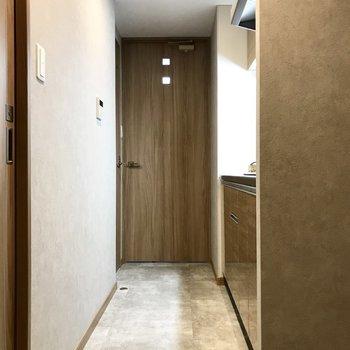 キッチンは廊下に。扉の小さな四角がカワイイ。